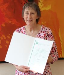 Helga Kraus mit der silbernen Ehrennadel ausgezeichnet